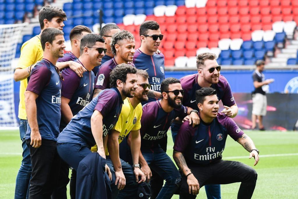 Neymar y sus amigos en la presentación con el PSG.
