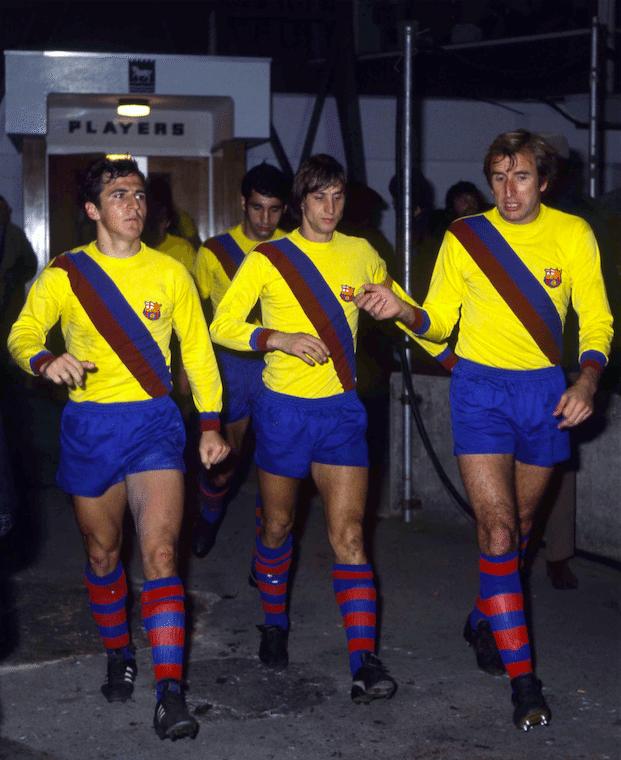 Cruyff, con una equipación que el Barça ha rescatado esta temporada | Imagen vía Referee