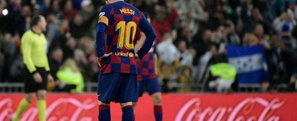 Messi se dispone a sacar de centro frente al Real Madrid | Fuente: 442
