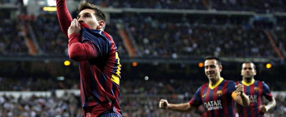 Messi besa el escudo en el Bernabéu | Fuente: Bolsamanía