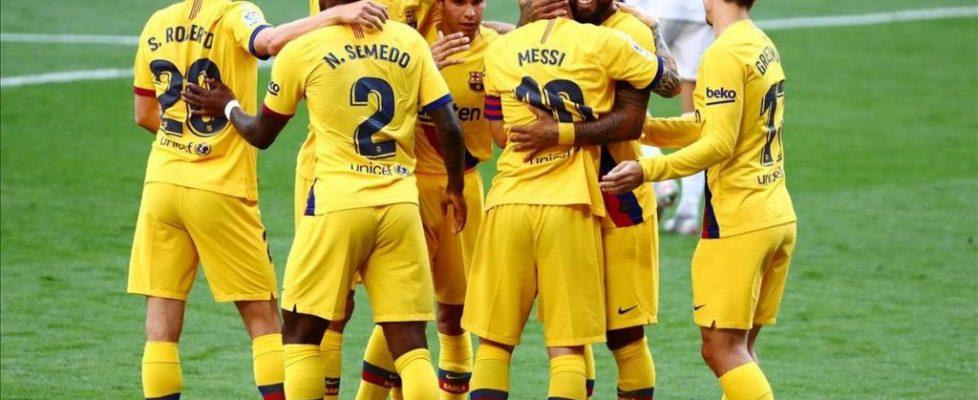 los-jugadores-del-barca-celebran-gol-arturo-vidal-ante-valladolid-1594490191431