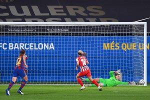 Cata Coll detiene el penalti a Toni Duggan. Fuente: Getty Images