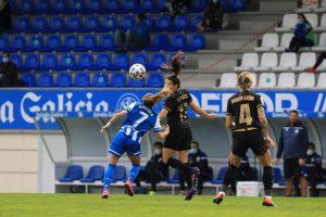Andrea Pereira despeja un balón. Fuente: FC Barcelona