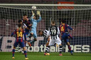 Aitor atrapa el balón tras un saque de córner. Fuente: Getty Images