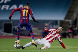 Dembelé regatea a Muniain. Fuente: Getty Images