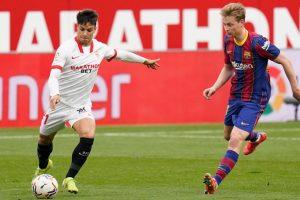 Oliver Torres intenta centrar delante de De Jong. Fuente: Sevilla FC