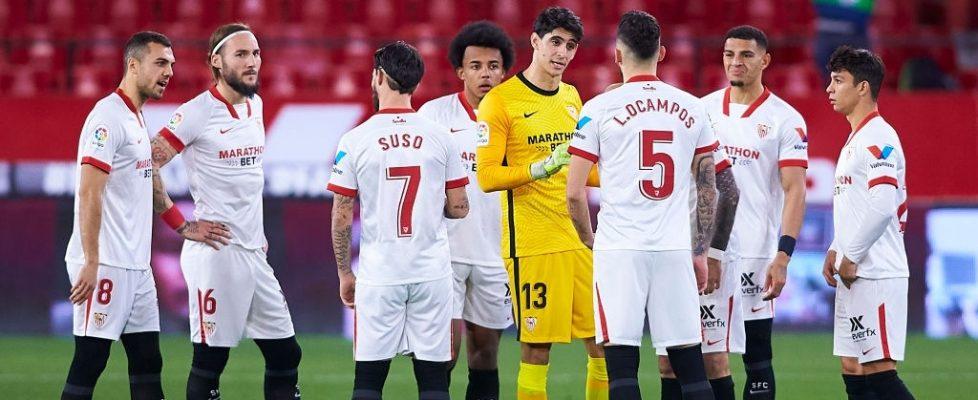 Los jugadores dan instrucciones durante la lesión de Ocampos. Fuente: Getty Images