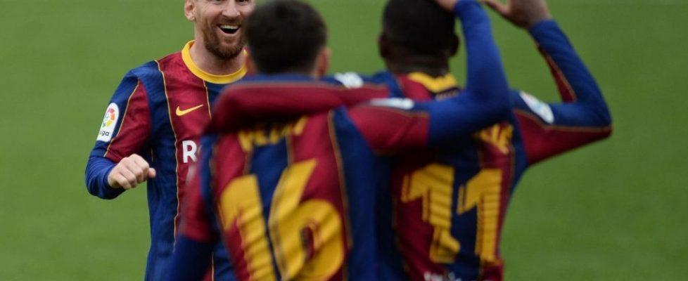 Leo Messi celebra junto a Pedri y Dembelé el primer gol del partido. Fuente: Getty Images