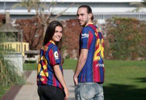 Los hermanos Mingueza posan juntos con la camiseta del Barça. Fuente: FC Barcelona