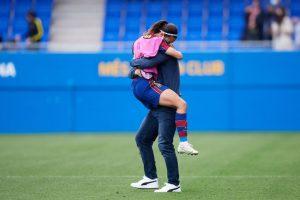 Lluís y Aitana se abrazan tras el final del partido. Fuente: Getty Images
