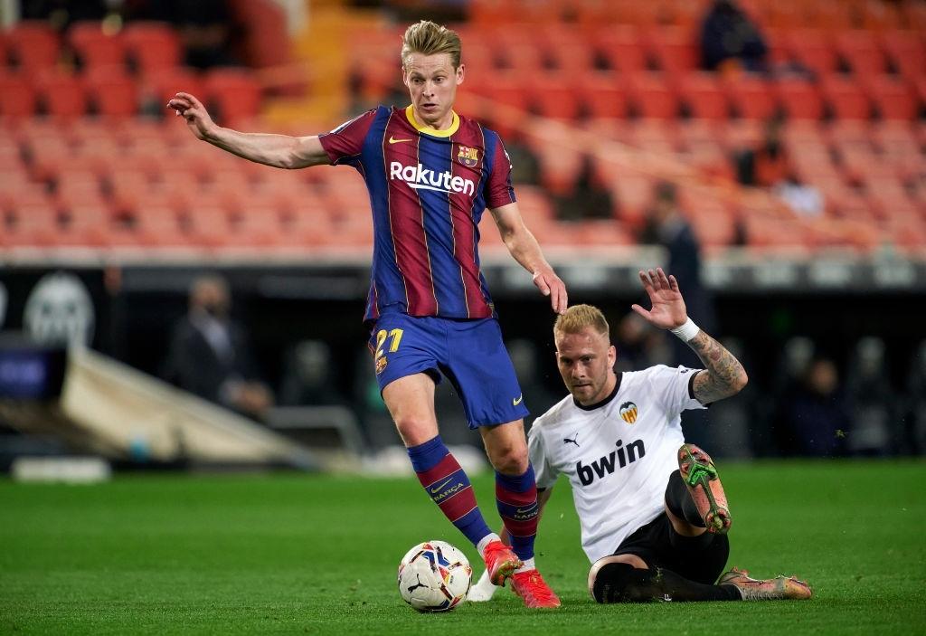 De Jong, del Barça,  ganando un balón a Racic