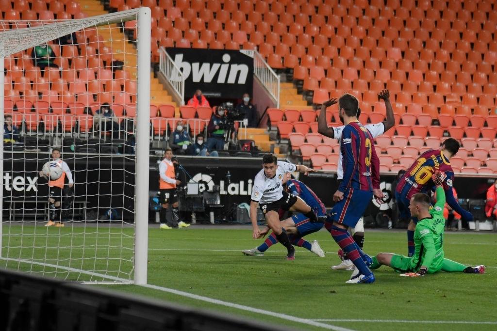 Gabriel Paulista marcando el primer gol del partido