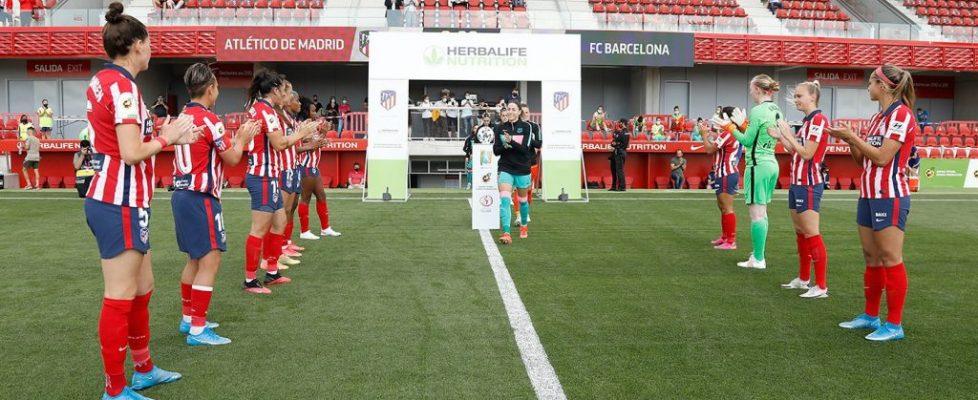 El Atlético de Madrid hace el pasillo a las campeonas de la Copa de la Reina. Fuente: Atlético de Madrid
