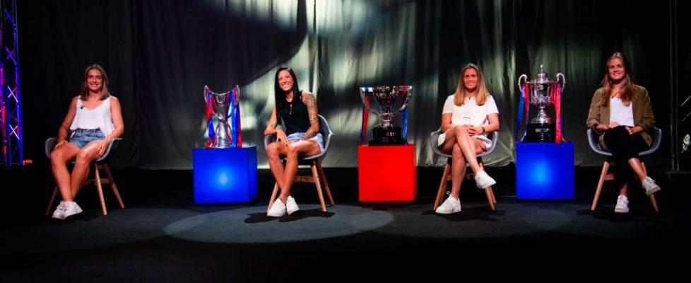 Alexia, Jenni, Sandra e Irene posan junto al triplete. Fuente: FC Barcelona