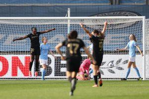Oshoala celebra el gol ante el Manchester City. Fuente: Getty Images